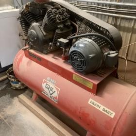 Compresseur à piston Devilbis  double têtes   hp,    gallons